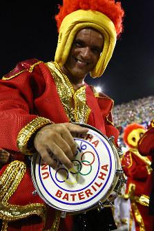 楽器を鳴らす男性=ブラジル・リオデジャネイロのカーニバル大会で2016年2月7日午後11時36分、朴鐘珠撮影