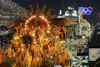 会場を練り歩く豪華な山車の数々=ブラジル・リオデジャネイロのカーニバル大会で2016年2月8日午前4時21分、朴鐘珠撮影