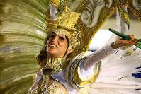 羽根付きの衣装は意外に重く、笑顔を保ちながら踊るのは大変だ=ブラジル・リオデジャネイロのカーニバル大会で2016年2月8日午前4時21分、朴鐘珠撮影