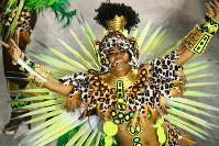 踊り子たちはカメラを見つけると物おじせず目線を合わせる=ブラジル・リオデジャネイロのカーニバル大会で2016年2月8日午前4時15分、朴鐘珠撮影