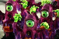 カーニバルは肌を露出して踊るの少数派で、大多数は着ぐるみ状の仮装をして踊る=ブラジル・リオデジャネイロのカーニバル大会で2016年2月8日午前4時2分、朴鐘珠撮影