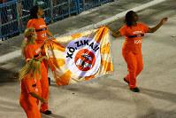 サンバを躍りながらジカ熱への注意を呼びかける清掃員に観客は拍手喝采=ブラジル・リオデジャネイロのカーニバル大会で2016年2月8日午前4時34分、朴鐘珠撮影