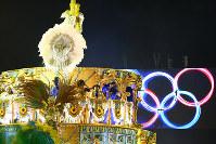 五輪旗を背に出発した山車=ブラジル・リオデジャネイロのカーニバル大会で2016年2月8日午前5時42分、朴鐘珠撮影