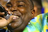 サンバには鼓笛隊だけでなく歌い手も欠かせない。1時間以上も歌い続ければ汗だくになる=ブラジル・リオデジャネイロのカーニバル大会で2016年2月8日午前5時27分、朴鐘珠撮影