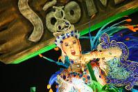 この女性も表情豊かで演技力が抜群だった=ブラジル・リオデジャネイロのカーニバル大会で2016年2月8日午前5時21分、朴鐘珠撮影
