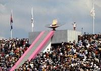 【1968メキシコ五輪】五輪史上初の女性最終聖火ランナー、エンリケタ・バシリオさんによって点火された聖火台