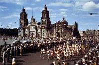 【1968メキシコ五輪】男子マラソンで、ソカロ広場をスタートした選手たち