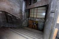 地上の元駅舎から地下へ続く階段=東京都台東区上野桜木で2016年2月2日午前10時27分、竹内紀臣撮影