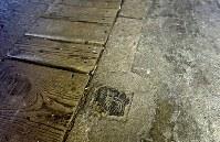 京成電鉄「寛永寺坂駅」跡。地上の元駅舎内の床には、木製の柵の跡も残る=東京都台東区上野桜木で2016年2月2日午前10時26分、竹内紀臣撮影