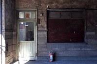 京成電鉄「寛永寺坂駅」跡。地上の元駅舎内には当時の使われていた扉など、事務室の跡も残る=東京都台東区上野桜木で2016年2月2日午前10時25分、竹内紀臣撮影