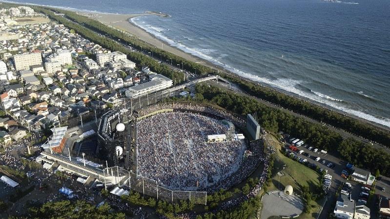 サザンオールスターズの聖地である湘南・茅ヶ崎地区の海岸と、凱旋コンサートが行われた茅ヶ崎公園野球場=2013年8月31日