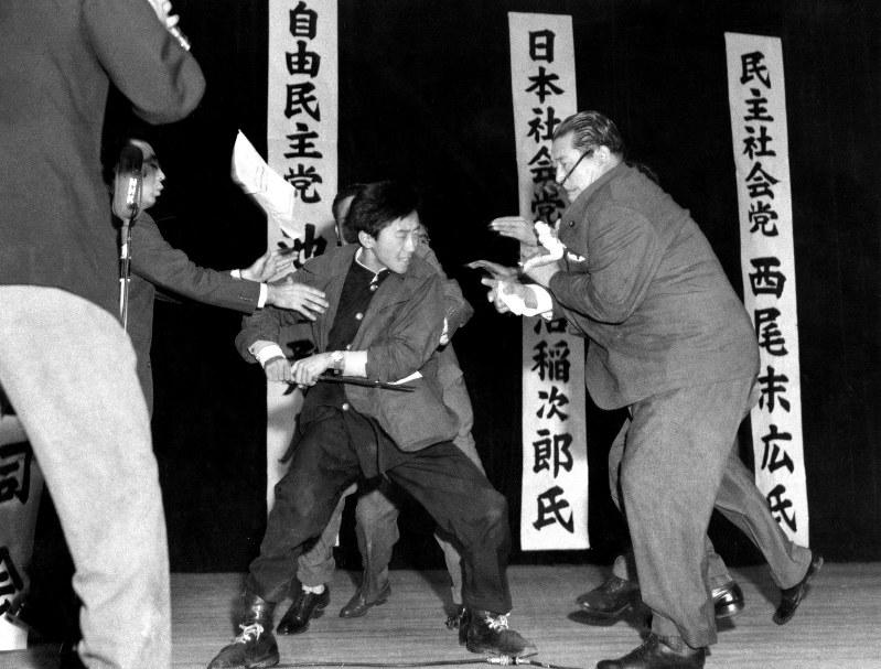 演説中、右翼少年に短刀で刺された浅沼稲次郎・社会党委員長=東京・日比谷公会堂で1960年10月12日、長尾靖撮影
