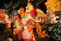 A giant dragon lantern is seen lit up at the Nagasaki Lantern Festival, on Feb. 8, 2016. (Mainichi)