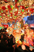 A light installation featuring giant lanterns is seen at the Nagasaki Lantern Festival, on Feb. 8, 2016. (Mainichi)