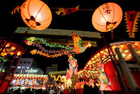 Visitors enjoy lantern decorations at the Nagasaki Lantern Festival, on Feb. 8, 2016. (Mainichi)