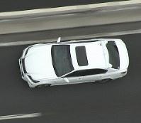 首都高速道路を走るトヨタ自動車の自動運転実験車、屋根の後ろにある丸い突起が位置を特定するGPSアンテナ=2015年100月、トヨタ自動車提供