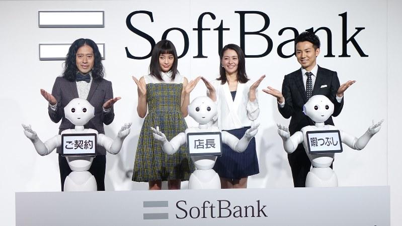 「ペッパーワールド2016」の記者説明会に登壇した(左から)ピース・又吉直樹さん、広瀬すずさん、小泉今日子さん、ピース・綾部祐二さん