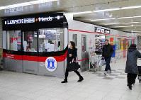 山陽電車の板宿駅に開店した電車の形をしたコンビニ=松本杏撮影