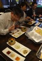 「大館餃子」を試食し、販路拡大について意見を交わした関係者ら