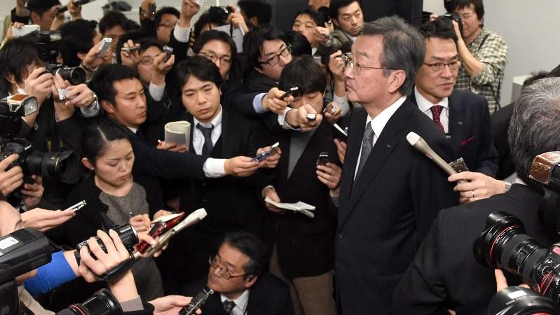 決算会見終了後、報道陣に囲まれるシャープの高橋興三社長=2016年2月4日、竹内紀臣撮影