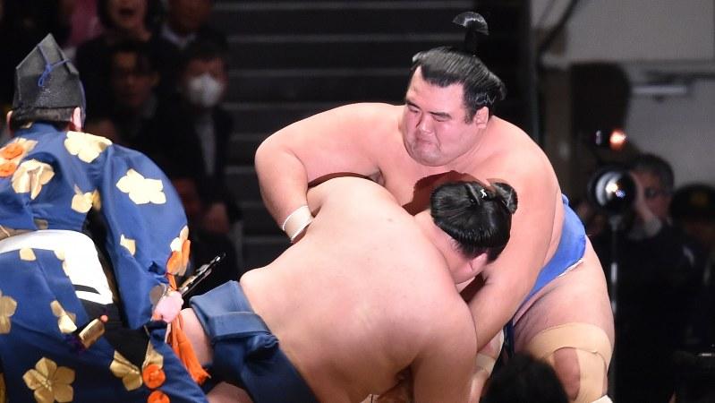 突き落としで豪栄道を破り、優勝を決めた琴奨菊(右)=東京・両国国技館で2016年1月24日、竹内幹撮影
