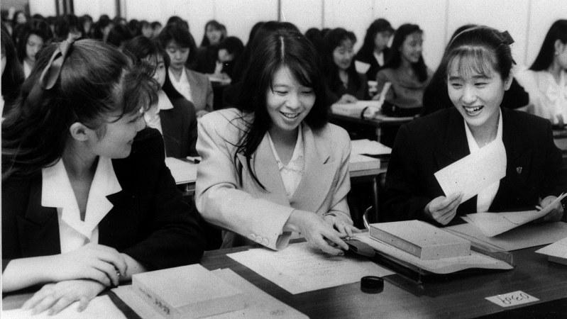 就職内定式に出席する女子学生=バブル経済真っ盛りの1989年10月撮影
