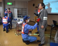 原子力防災訓練で市民の体の表面に放射性物質の付着がないかを調べるスクリーニング検査
