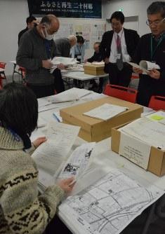 展示する資料を選ぶボランティア=長岡市の長岡震災アーカイブセンターきおくみらいで