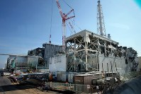 原発事故の爪痕が残る中、廃炉作業が行われている3号機の原子炉建屋(左奥)=福島第1原発で2016年2月12日午後0時20分、森田剛史撮影