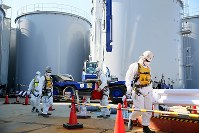 汚染水タンクの新設工事をする作業員ら=福島第1原発で2016年2月12日午前11時14分、森田剛史撮影