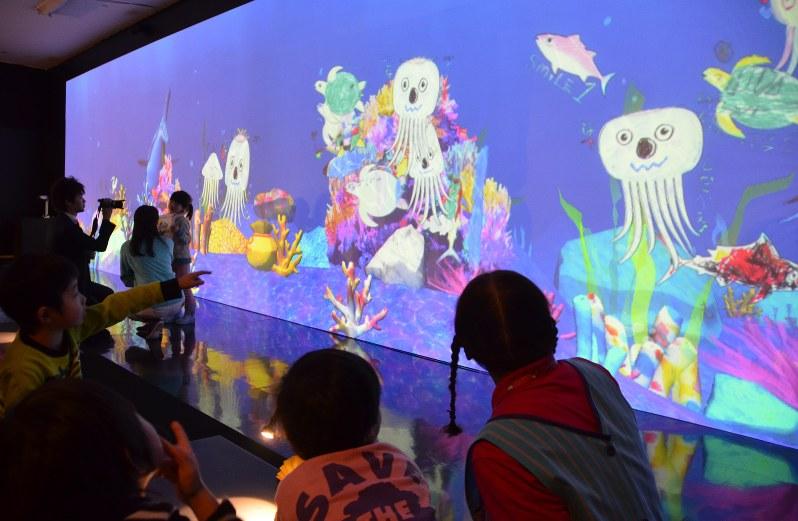 お絵かき水族館:不思議…塗り絵した魚が海を泳ぐ 青森 | 毎日新聞