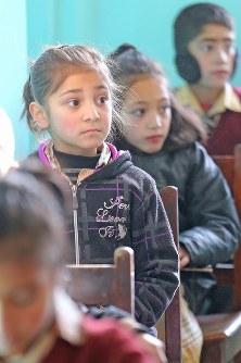 真剣な表情で先生の話を聞く子どもたち。1クラス30人が授業を受けていた=パキスタン・カリマバードで2015年12月12日、長谷川直亮撮影