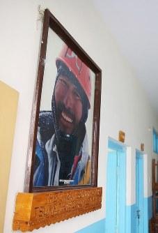 学校の校舎に飾られた長谷川恒男さんの写真=パキスタン・カリマバードで2015年12月12日、長谷川直亮撮影
