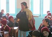 ハセガワ記念学校では64人の先生が教えている。暖房のない教室でも子どもたちの元気な笑い声が響いていた=パキスタン・カリマバードで2015年12月12日、長谷川直亮撮影