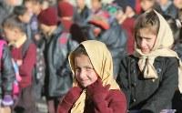 朝礼のためハセガワ記念学校の校庭に並ぶ子どもたち=パキスタン・カリマバードで2015年12月12日、長谷川直亮撮影
