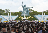 長崎原爆の日の平和記念式典=長崎市の平和公園で2015年8月9日午前11時22分、矢頭智剛撮影