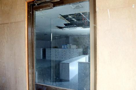 震災当時のままの姿が残る事務本館の内部=福島第1原発で2016年2月12日午後0時3分、森田剛史撮影