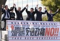 安倍政権に抗議する「安倍政権NO!☆0214大行進」で、野党各党の代表として参加した国会議員らが手を取り合うと集まった参加者たちからは「野党は共闘」という大きな声がわき上がった=東京都渋谷区で2016年2月14日午後1時51分、後藤由耶撮影