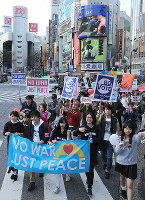 Protesters from different generations take to the street of Shibuya in Tokyo on Feb. 14, 2016. (Mainichi)