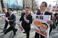 Former Prime Minister Naoto Kan, right, and Japanese Communist Party vice chairman Akira Koike, second from right, and other opposition lawmakers are seen at an anti-Abe government march in Tokyo's Shibuya Ward, on Feb. 14, 2016. (Mainichi)