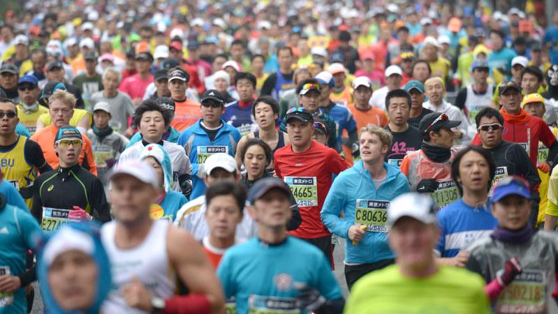 東京マラソンで走るランナーたち=東京都千代田区で2015年2月22日、丸山博撮影