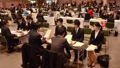 企業の担当者の話を聞く学生ら=岐阜市文化センターで2014年1月、梶原遊撮影