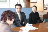 吉広啓子町長(左)にネット利用のルールを説明する松本会長(中央)と徳永さん