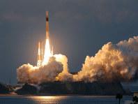 種子島宇宙センターから打ち上げられるH2Aロケット30号機=鹿児島県南種子町で2016年2月17日午後5時45分、津村豊和撮影