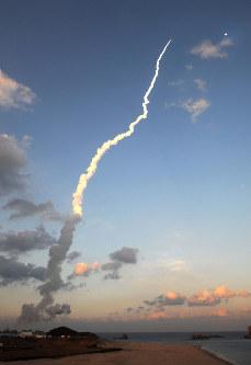 種子島宇宙センターから打ち上げられ、上昇するH2Aロケット30号機=鹿児島県南種子町で2016年2月17日午後5時46分、津村豊和撮影