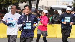 50歳から走り始めた筆者(左から2人目)=2012年1月のハーフマラソンで