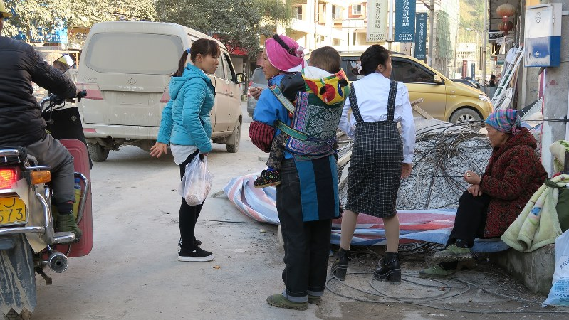 民族衣装を着た少数民族が行き交う中国・貴州省南部の農村=2015年12月23日、井出晋平撮影