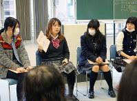 「自分が考えるいじめとは」を発表する女子生徒ら=大阪市西区の大阪YMCA国際専門学校で、反橋希美撮影