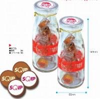 牛乳瓶をかたどった容器にあめを詰めたアイデア菓子。取引先とのコミュニケーションに活用し、受注につなげた企業もあるという=エスプライド提供