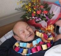 「太郎さん」と呼ばれた男性は、家族と職員に本当の誕生会を開いてもらい笑顔をみせた=大阪市内の介護施設で2014年4月30日、銭場裕司撮影